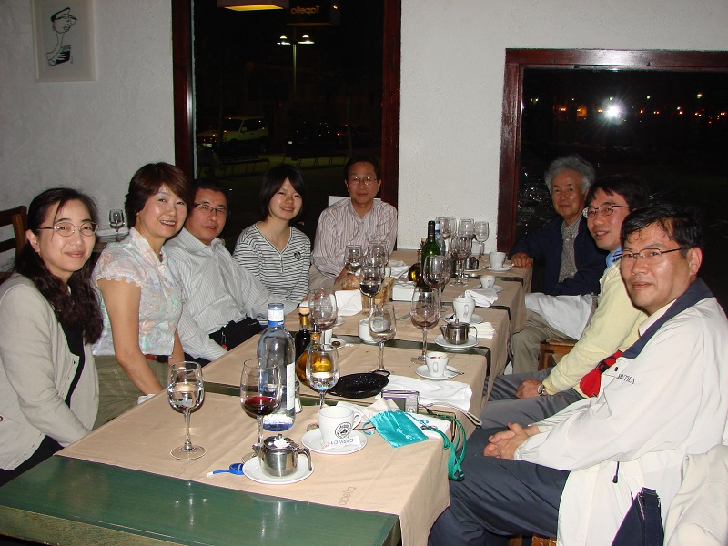 2009年・ビルバオ(スペイン)にて行われた食事会。国内の大御所と若手とが一堂に会し、交流を行います