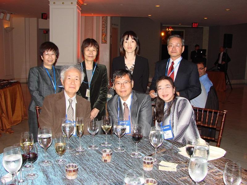 013年・ワシントンD.C.(アメリカ)にて。Golden Pin賞を受賞された今宿先生(前列左)と、子川先生(前列中央)を囲んで