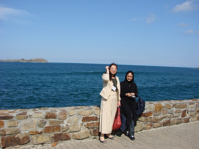 写真9:海岸にて記念撮影。学会はこのように、世界中の医師と交流する機会でもあります